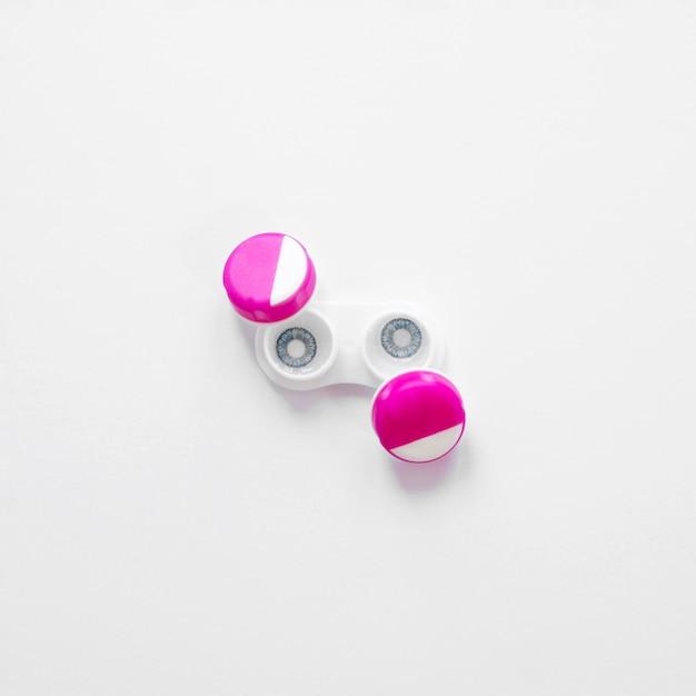 Par de lentes de contacto sobre un fondo blanco. Foto gratis
