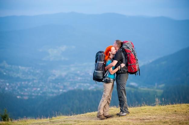 Par con mochilas de pie en la carretera en la montaña Foto Premium