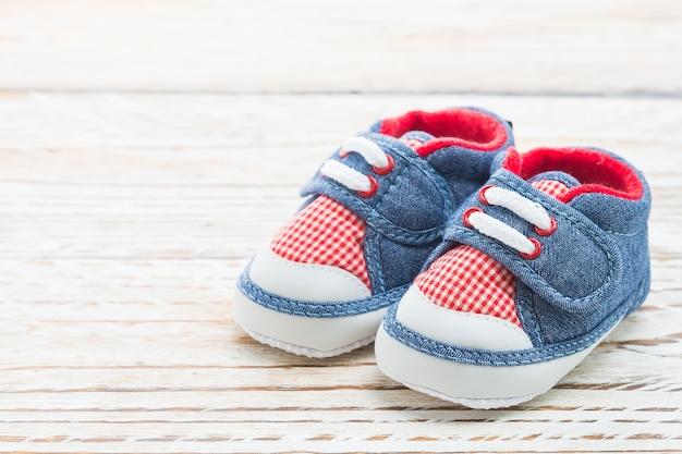 Par ropa zapatos infantiles de madera Foto gratis