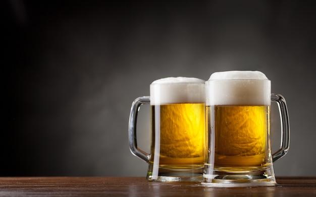 Par vasos de cerveza Foto Premium