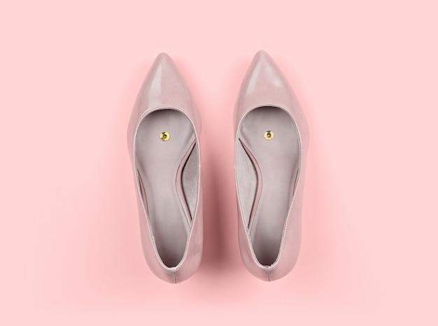 Par de zapatillas clásicas beige de mujer con chincheta. Foto Premium