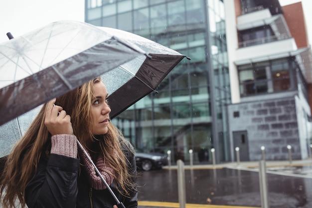 Paraguas de celebración hermosa mujer Foto gratis