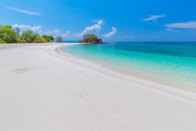 Paraíso de playa tropical y el cielo azul en la isla de khai en la provincia de satun, tailandia Foto Premium