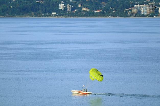 Parasailing boat en el mar negro, batumi city, adjara región de georgia Foto Premium