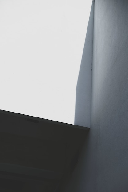 Pared del edificio urbano en sombra Foto gratis