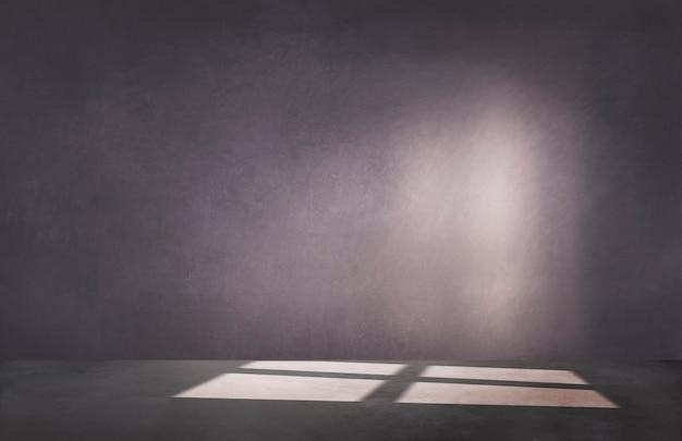 Pared morada oscura en una habitación vacía con piso de concreto Foto gratis