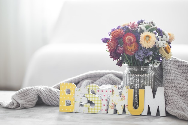 Pared de vacaciones del día de la madre, con flores y letras. Foto gratis