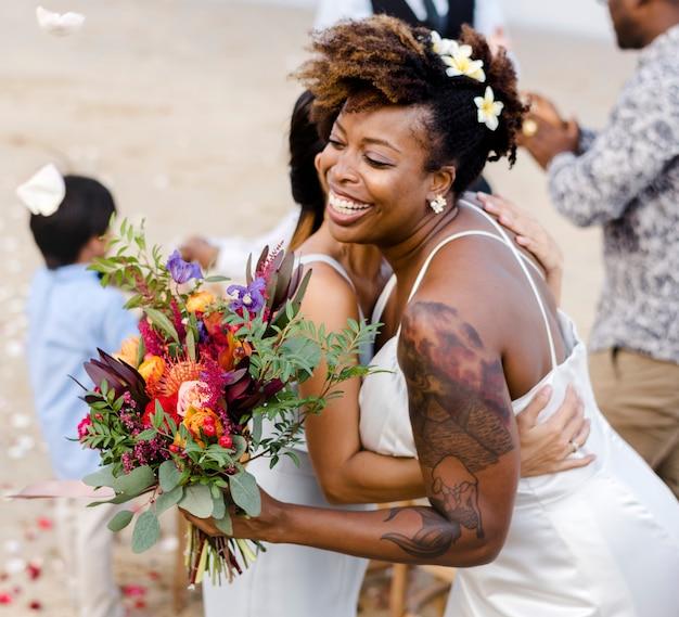 Pareja afroamericana casarse en la playa Foto Premium