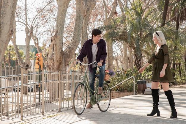Pareja afuera a caminar con bicicleta Foto gratis