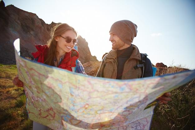 Pareja alegre senderismo en las montañas Foto gratis