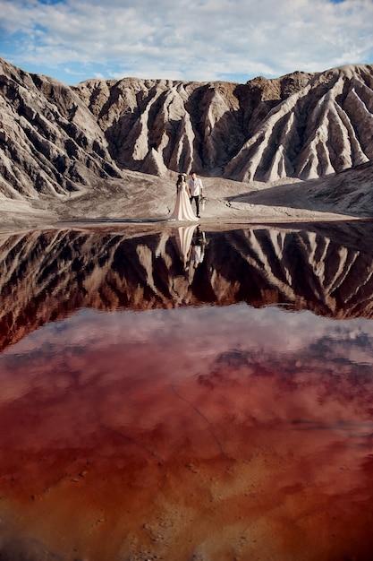 Pareja amor abrazando en fabulosas montañas Foto Premium