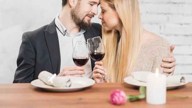 Pareja amorosa disfrutando mutuamente en la cena Foto gratis