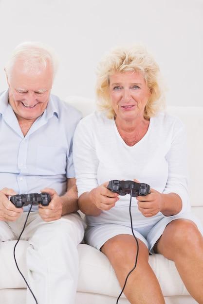 Pareja De Ancianos Jugando Videojuegos Descargar Fotos Premium