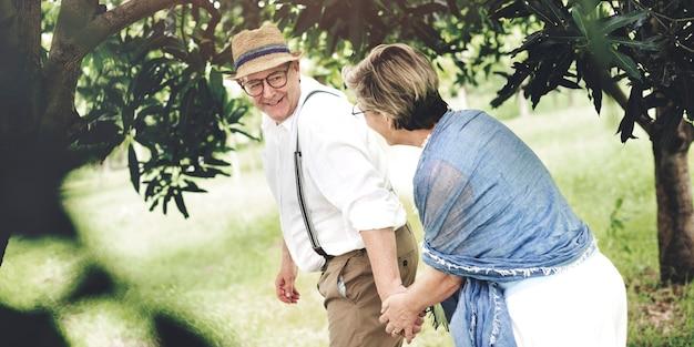 Pareja De Ancianos Tomados De La Mano Descargar Fotos Premium