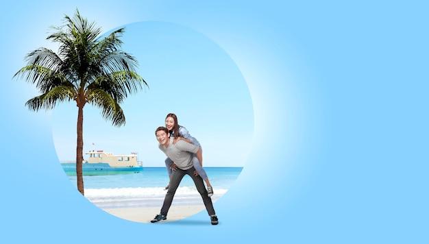 Pareja asiática divirtiéndose con fondo de playa de arena Foto Premium