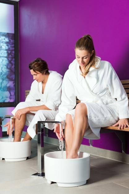 Pareja con baño de agua de hidroterapia Foto Premium