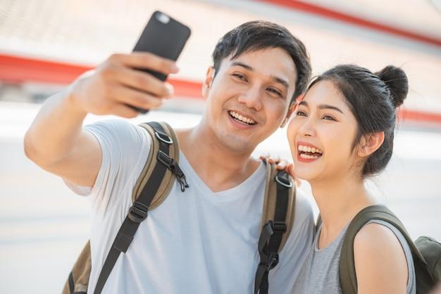 Pareja de bloggers asiáticos viajan a bangkok, tailandia Foto gratis