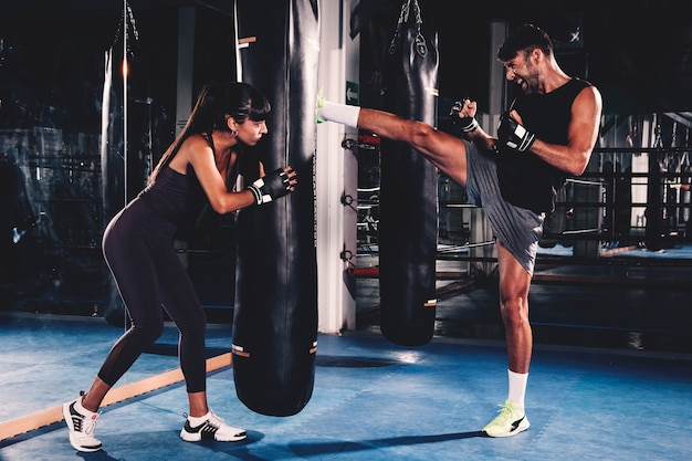 Pareja boxeando en gimnasio Foto gratis