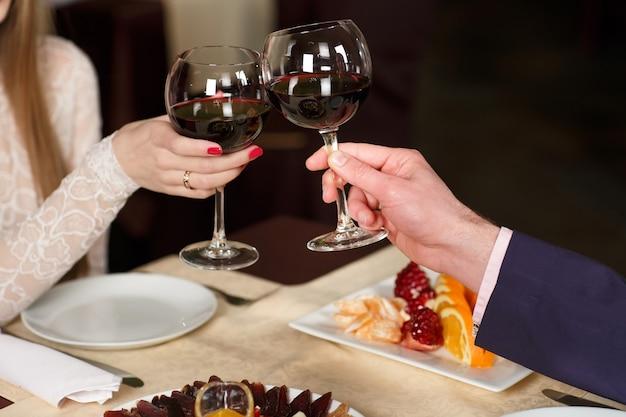 Pareja brindando copas de vino | Foto Premium