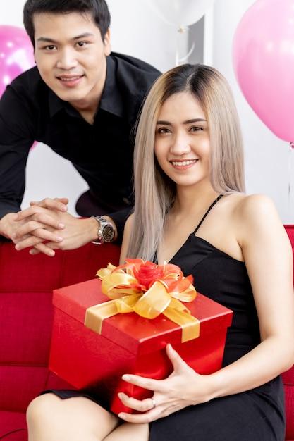 Pareja con caja de regalo de año nuevo Foto Premium