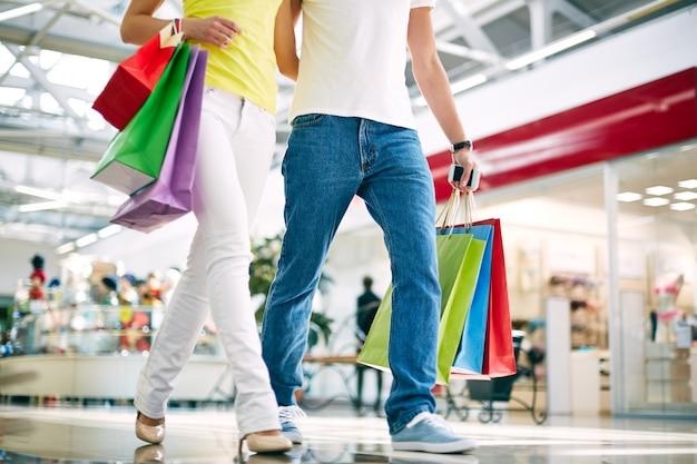 Pareja caminando en un centro comercial Foto gratis