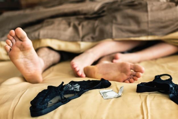 Pareja caucásica acostado en la cama junto concepto de sexo Foto gratis