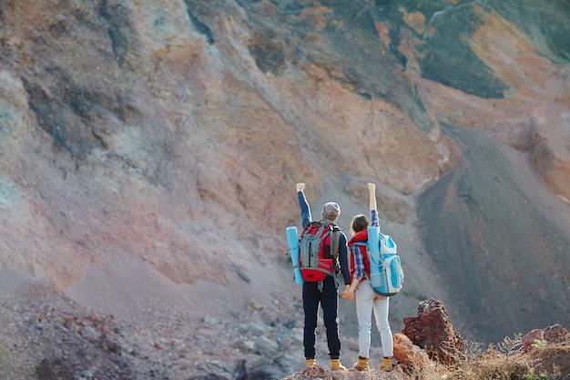 Pareja conquistando montañas juntos Foto gratis