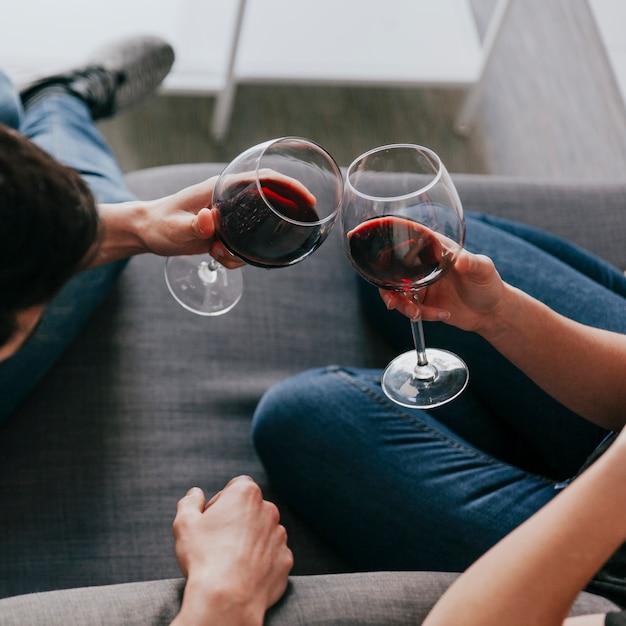 Pareja de cultivos con copas de vino Foto Premium