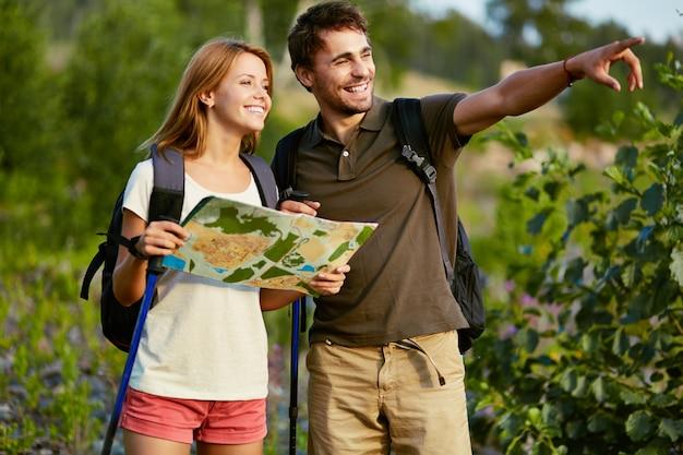 Resultado de imagen de pareja haciendo senderismo