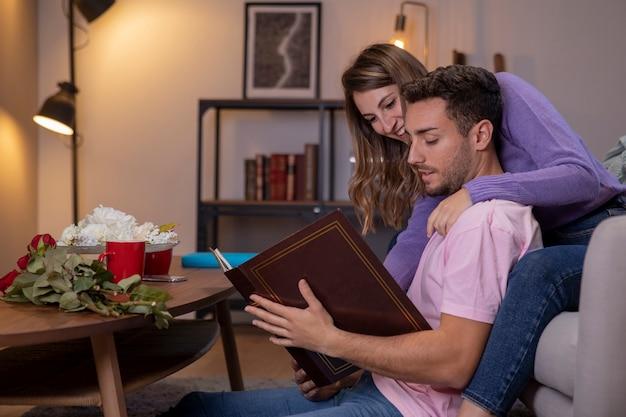 Pareja descansando en casa en la sala de estar Foto gratis