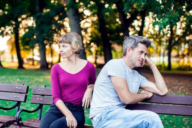 Una pareja discutiendo mientras está sentado en el banco en el parque. problemas en la relación. Foto Premium