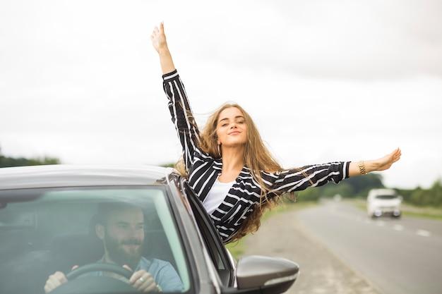 Pareja disfrutando el viaje por carretera Foto gratis