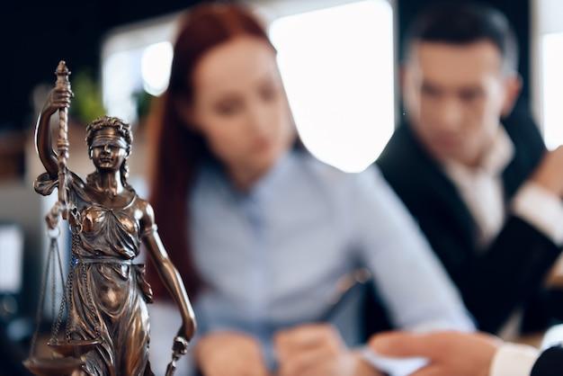 La pareja divorciada disuelve el contrato de matrimonio. Foto Premium