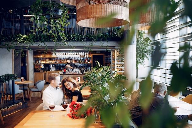 Pareja elegante pasar tiempo en un restaurante Foto gratis