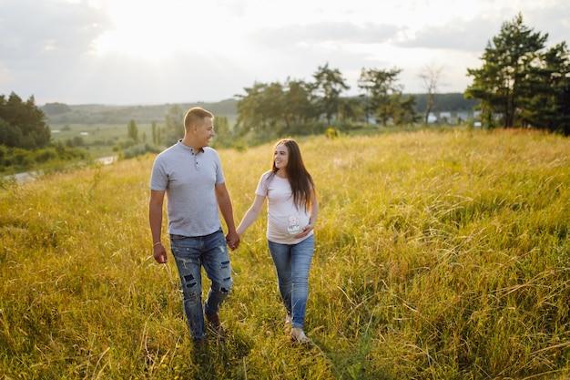 Una pareja embarazada Foto gratis