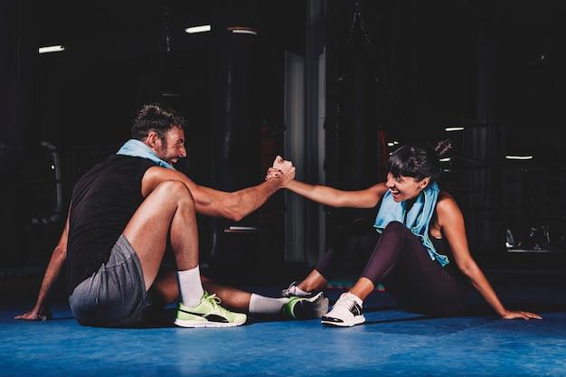 Pareja entrenando en gimnasio Foto gratis
