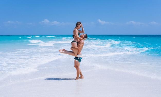 Pareja feliz juntos en unas vacaciones junto al mar Foto gratis