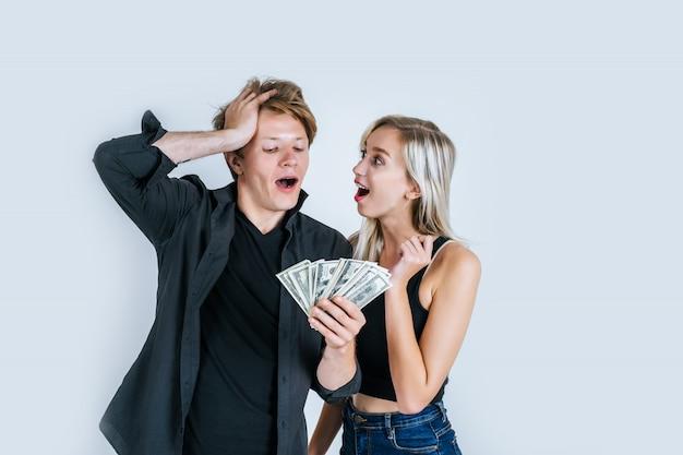 Pareja feliz muestra dólar billete hacer algunos negocios Foto gratis