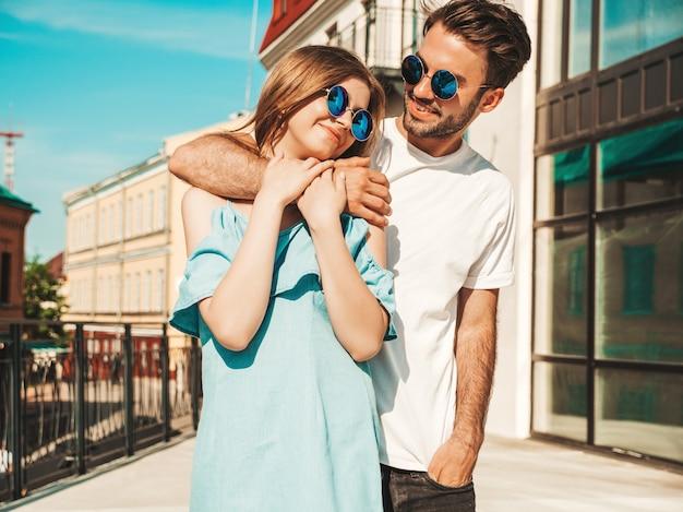 Pareja con gafas de sol posando en la calle Foto gratis