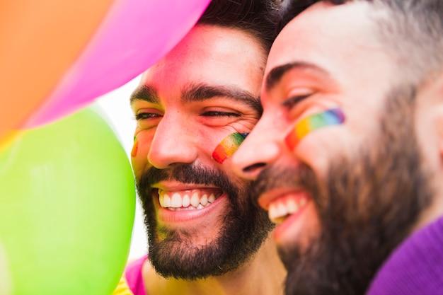 Pareja de gays barbudos riendo Foto gratis