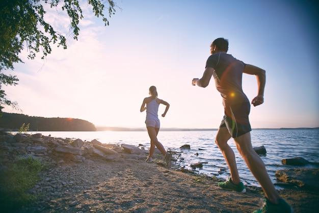 Pareja haciendo ejercicio en vacaciones Foto gratis