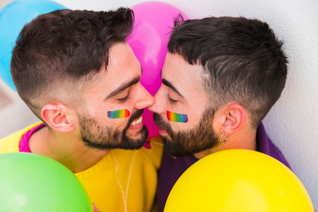 Pareja homosexual sonriendo y uniendo Foto gratis