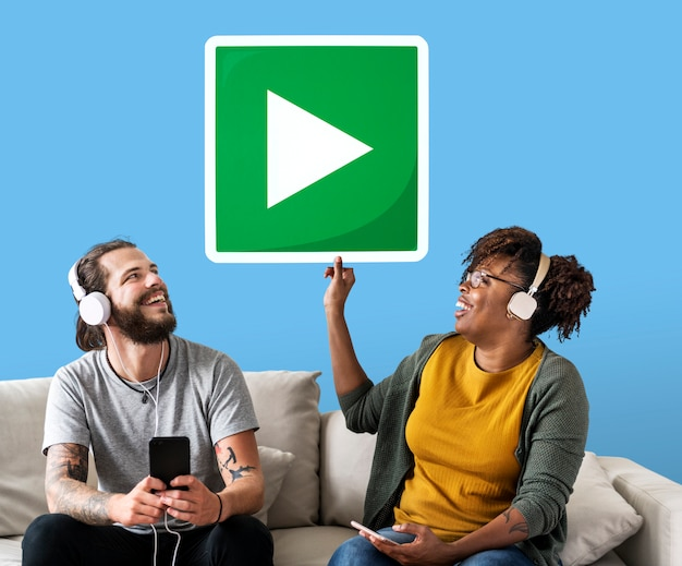 Pareja interracial escuchando musica Foto gratis