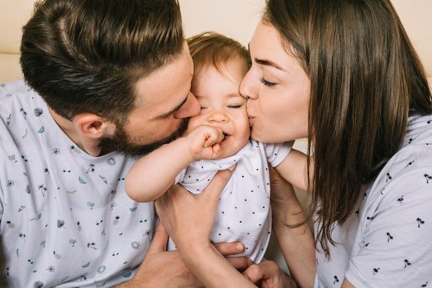 Pareja joven con bebé por la mañana Foto gratis