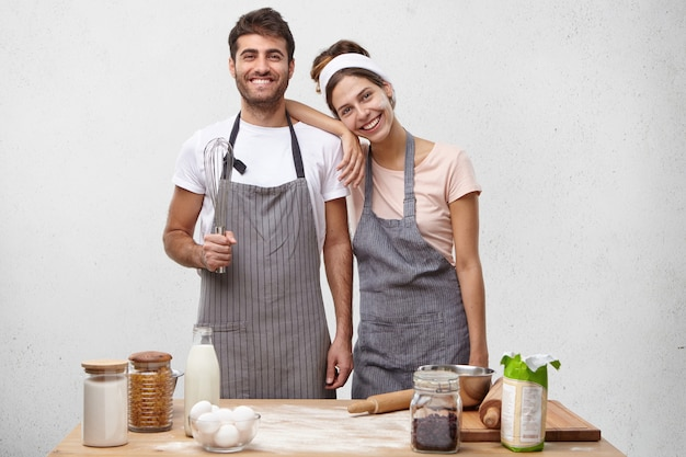 Pareja joven, cocina, juntos Foto gratis