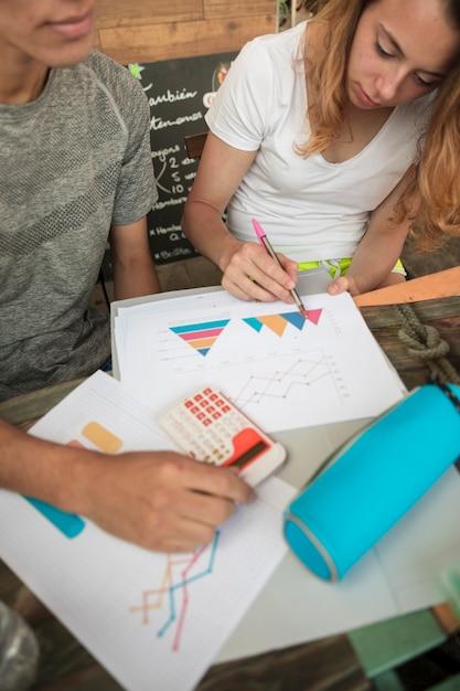 Pareja joven para colorear diagramas en papel Foto gratis