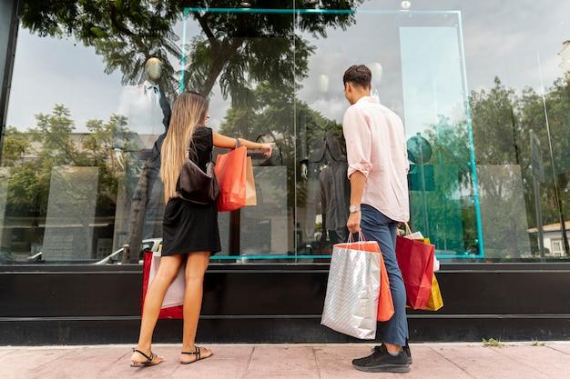 Pareja joven de compras juntos Foto gratis