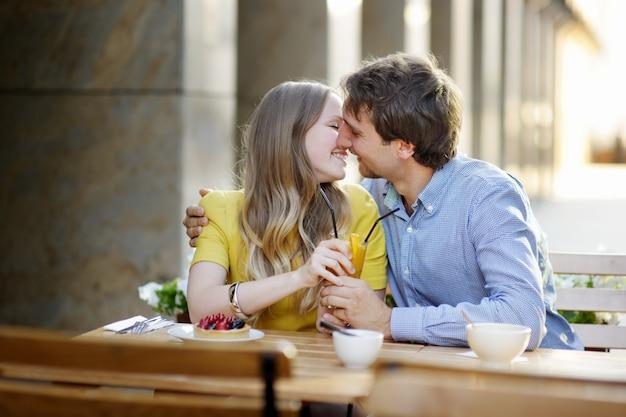 Pareja joven desayunando en la cafetería al aire libre Foto Premium