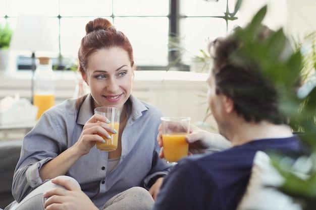 Pareja joven disfrutando de tiempo juntos en casa Foto gratis