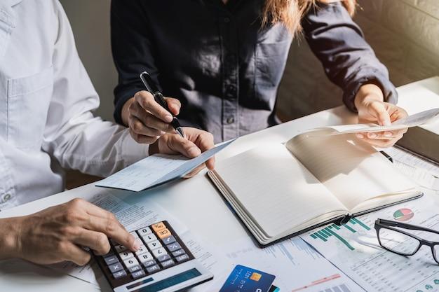 Pareja joven estresada revisando facturas, impuestos, saldo de cuenta bancaria y calculando gastos en la sala de estar en casa Foto Premium